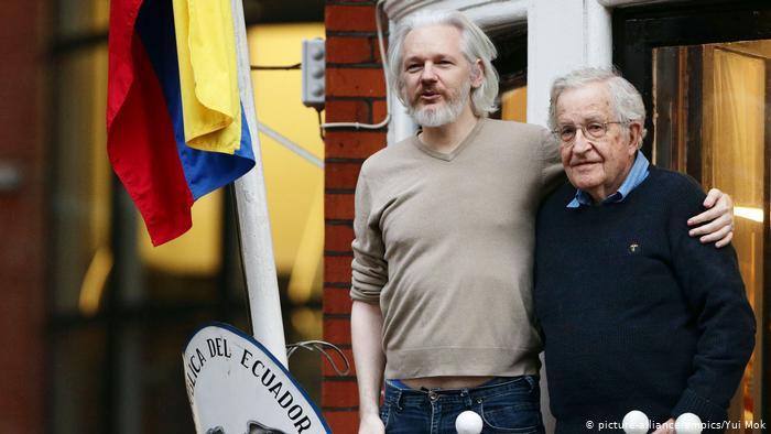 Sağdaki Naom Chomsky